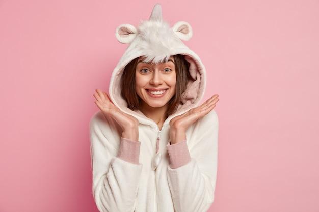 Femme portant un pyjama avec des oreilles de lapin
