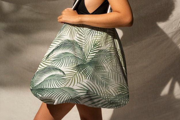 Femme portant un sac fourre-tout floral accessoire shoot studio