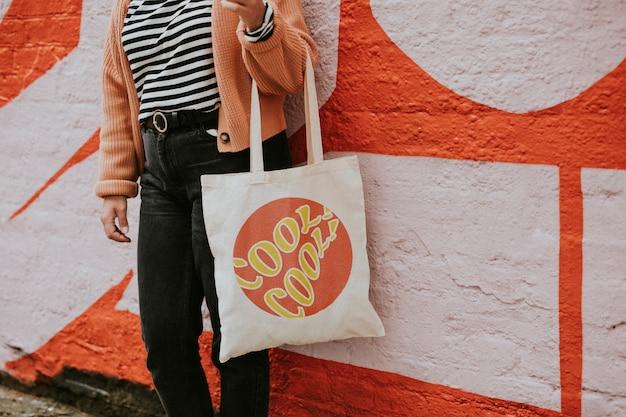 Femme portant un sac fourre-tout en toile réutilisable