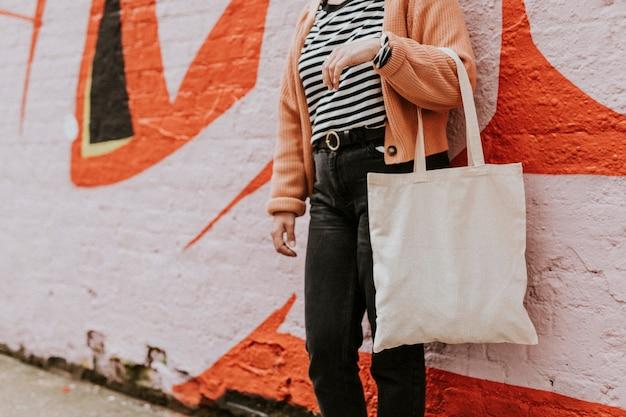 Femme portant un sac fourre-tout en toile vierge réutilisable