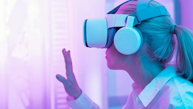 Femme portant un simulateur de réalité virtuelle