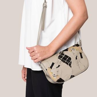 Femme portant son sac à bandoulière en cuir
