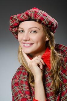 Femme portant des vêtements écossais traditionnels