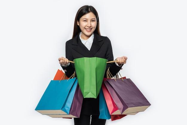 La femme portant des vêtements sombres, avec de nombreux sacs, pour faire du shopping