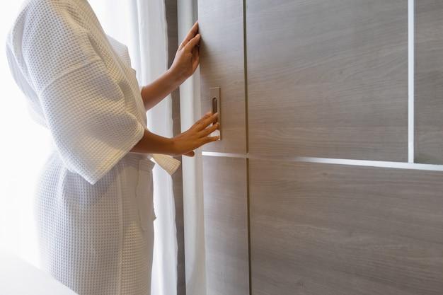 Femme, porte coulissante s'ouvrant sur une chambre à coucher de style moderne