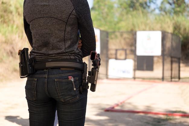 Femme porte pistolet dans sa ceinture