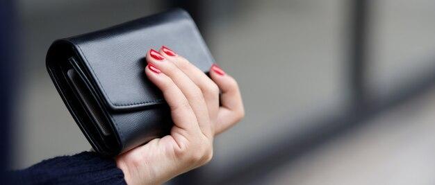 Une femme avec un portefeuille prêt pour les achats en ligne
