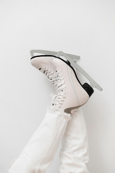 Femme, porter, blanc, patins glace