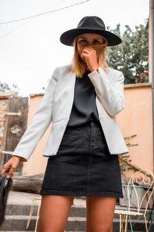 Femme, porter, blazer blanc, et, chapeau