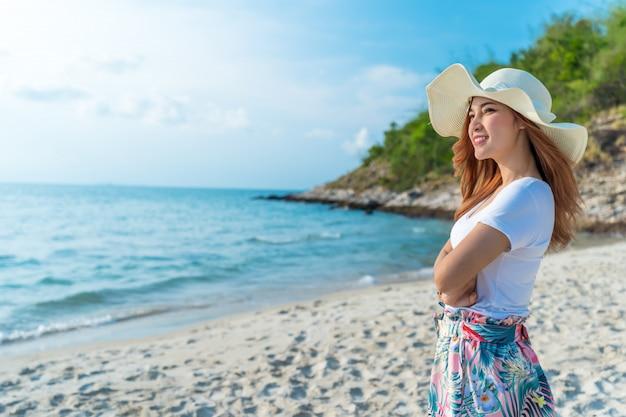 Femme, porter, chapeau, debout, sur, plage mer