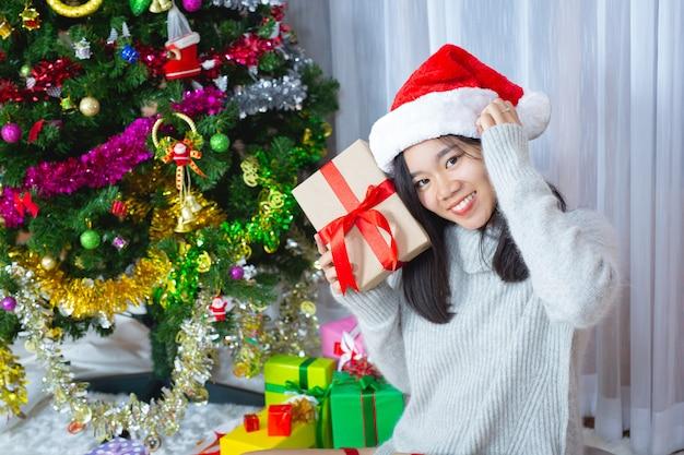 Femme, porter, chapeau noël, heureux, à, cadeau noël