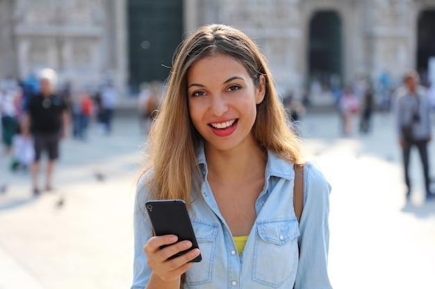 Femme, porter, chemise, textos, sur, les, téléphone intelligent