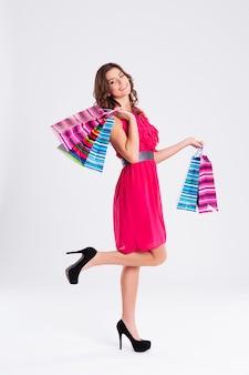 Femme, porter, dans, robe rose, tenue, sacs provisions