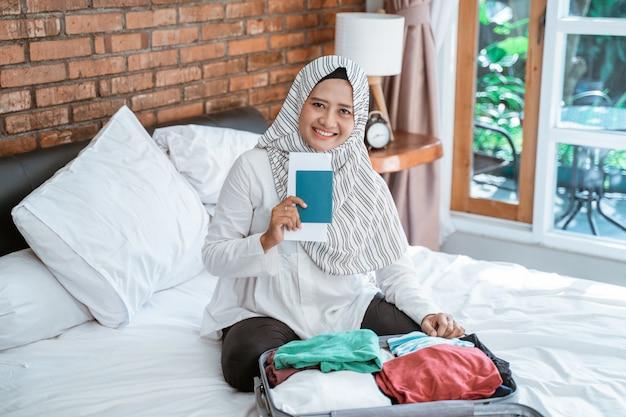 Femme, porter, hijab, préparer, pour, vacances