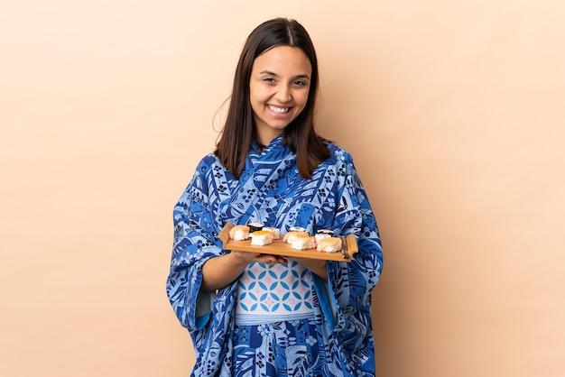 Femme, porter, kimono, et, tenue, sushi, sur, isolé, mur, applaudir, après, présentation, dans, a, conférence