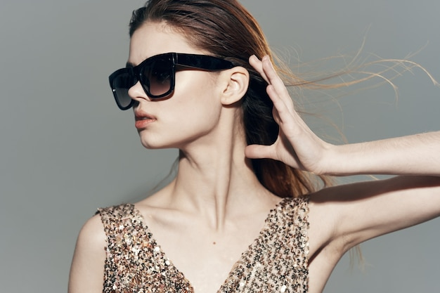 Femme, porter, lunettes soleil, dans, robe, décoration, poser, mode