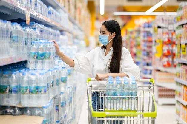 Femme, porter, masque facial, achat, dans, supermarché