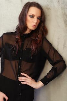 Femme, porter, noir, maille, chemise