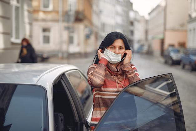 Femme, porter, protecteur, masque, entrer, voiture