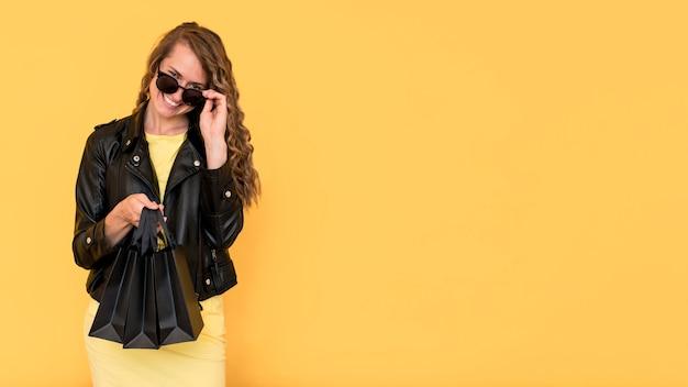 Femme, porter, veste cuir, espace copie