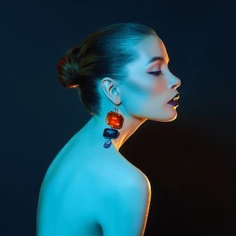 Femme de portrait de beauté de contraste lumineux