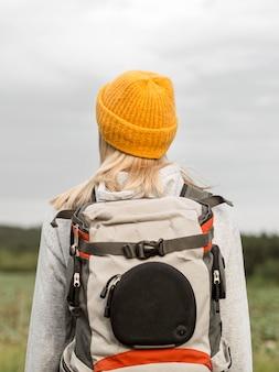 Femme avec portrait de sac à dos