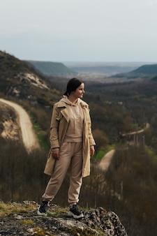 Femme posant au beau paysage