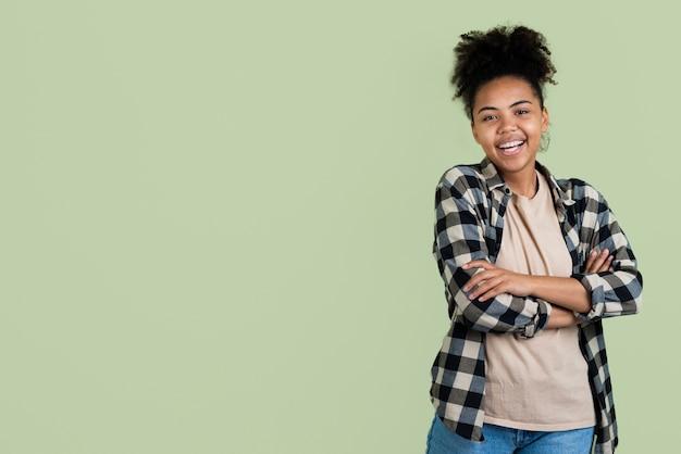 Femme posant avec les bras croisés