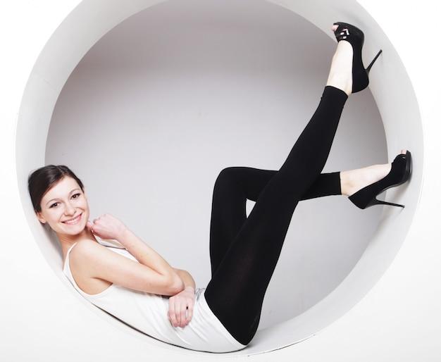 Femme posant en cercle