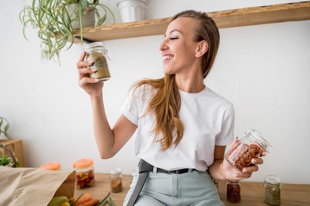 Femme posant sur un comptoir de cuisine