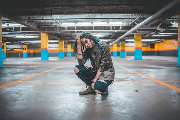 Femme posant dans un parking