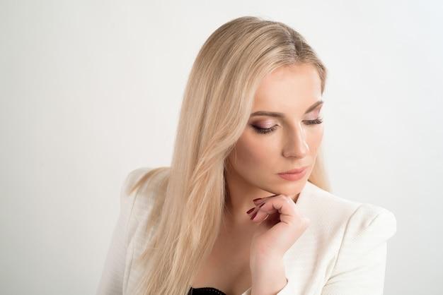 Femme posant avec émotion dans un studio. femme d'âge moyen sur fond blanc