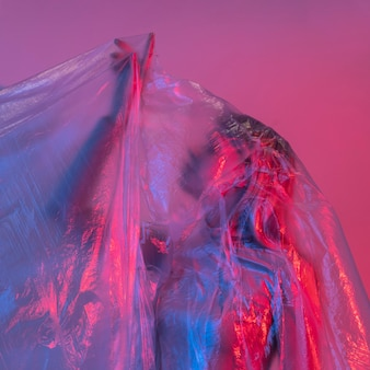 Femme posant avec une feuille de plastique