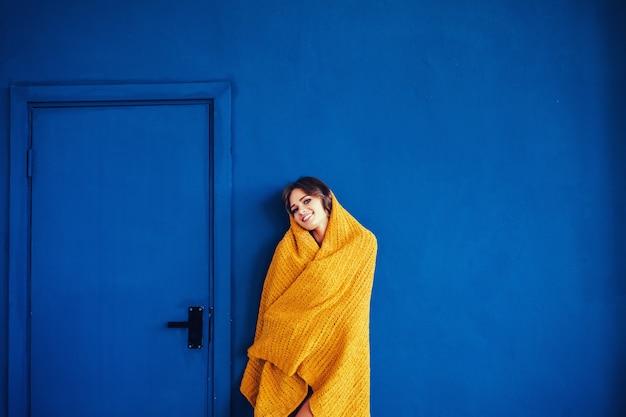 Femme posant sur fond bleu