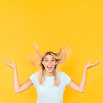 Femme posant avec fond jaune