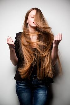 Femme posant avec de longs cheveux qui coule