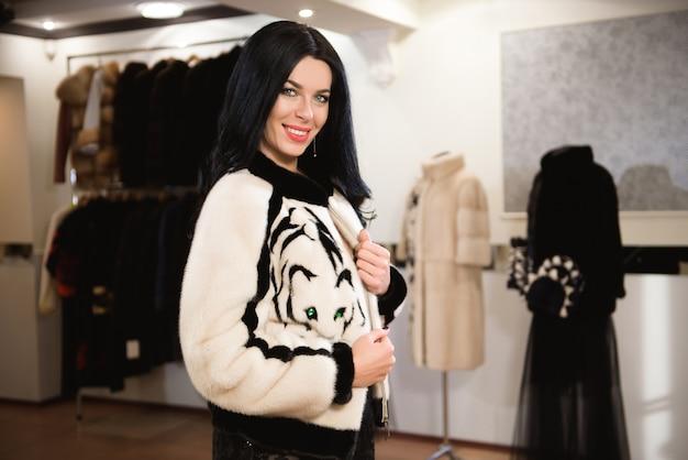 Femme posant en manteau de fourrure luxueux. mode et beauté.