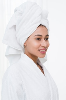 Femme posant avec un peignoir dans un spa