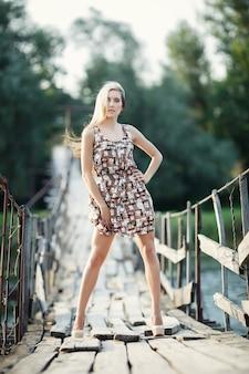 Femme posant sur un pont en bois