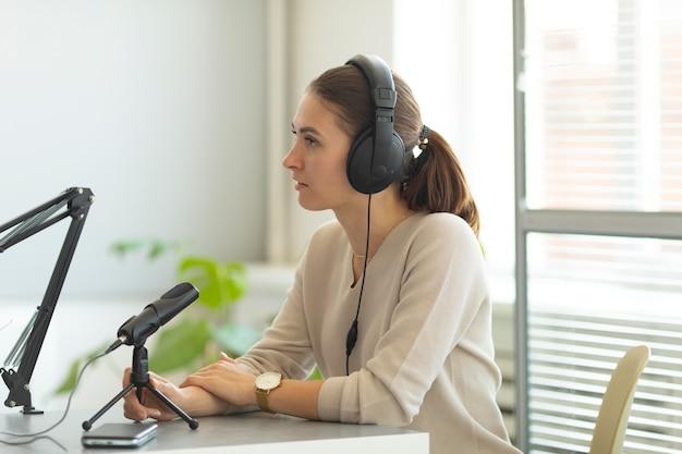 Femme posant des questions dans un podcast