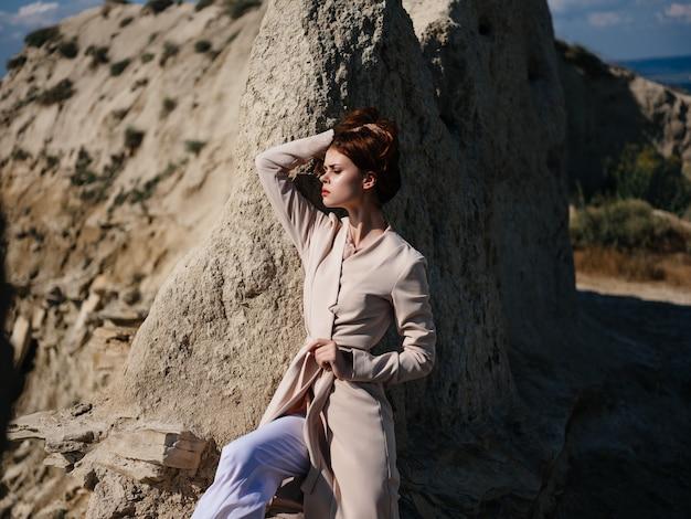 Femme posant sur le sable look attrayant