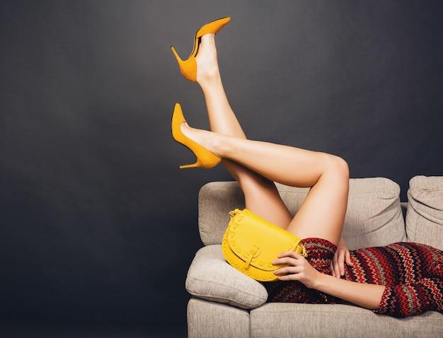 Femme posant avec sac et mode d'été de chaussures élégantes