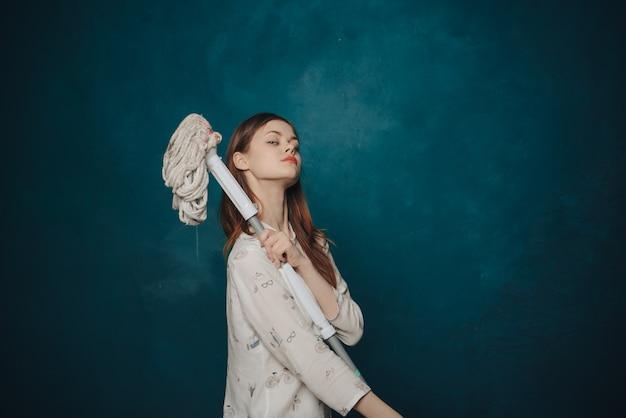 Femme posant avec une vadrouille. concept de nettoyage