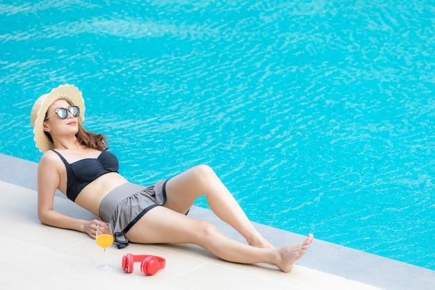 Femme, pose, à côté de, piscine