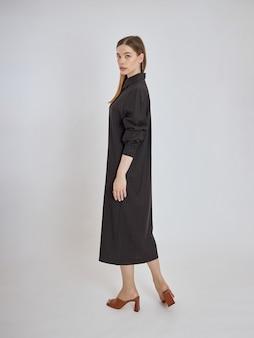 Femme pose dans une nouvelle collection de vêtements d'été. fille réussie