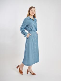 Femme pose dans une nouvelle collection de vêtements d'été.