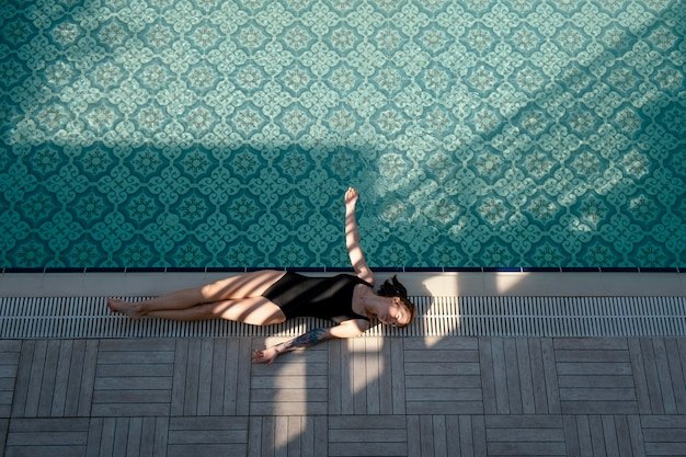 Femme, pose, près, piscine, plein coup