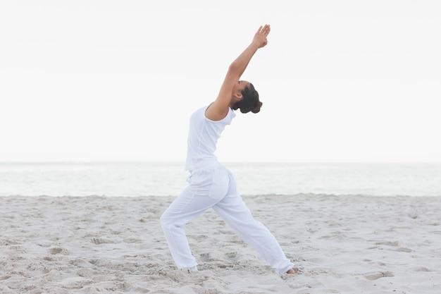 Femme en pose de yoga basse fente
