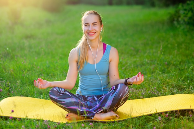 Femme, pose, yoga, dehors, forêt, matin