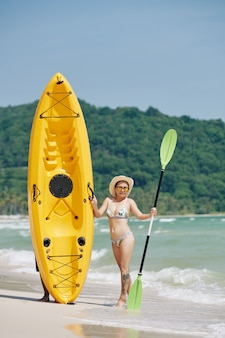 Femme, poser, à, bateau kayak